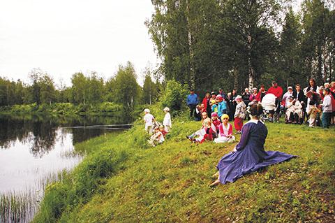 Päivi Mettovaaraa puhutteli ylikiiminkiläistä yleisöä Muistojen Polulla tanssisoolollaan, joka pohjautui hänen isotätinsä Helmi Klemettisen teksteihin ja runoihin. Kuva HR.
